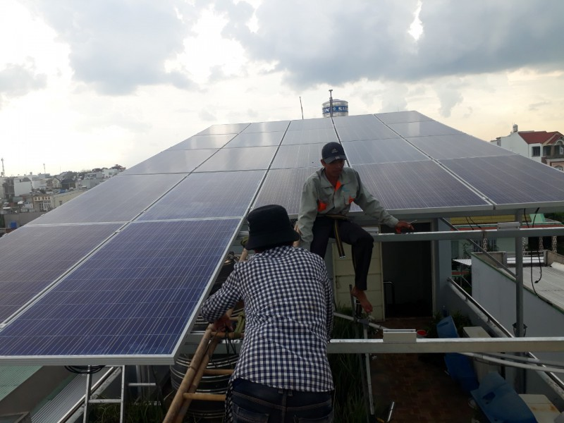 Hình ảnh nhân viên đang thi công lắp đặt pin mặt trời