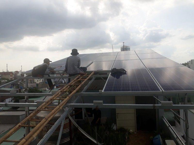 Thợ đang thi công hệ thống pin mặt trời